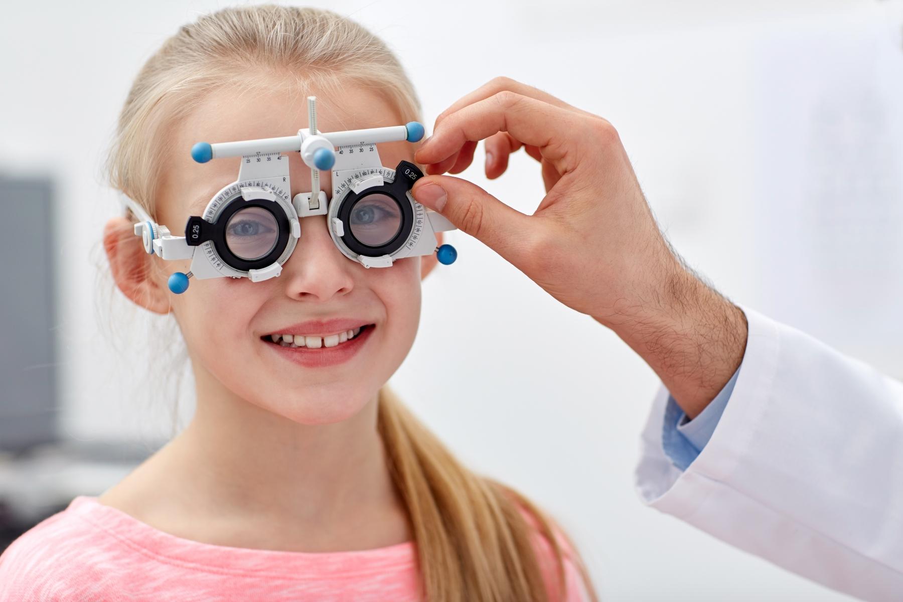 Nuotiolla istuminenkin voi pilata kalliit linssit – Kuusi vinkkiä, joilla pidennät silmälasiesi elinikää